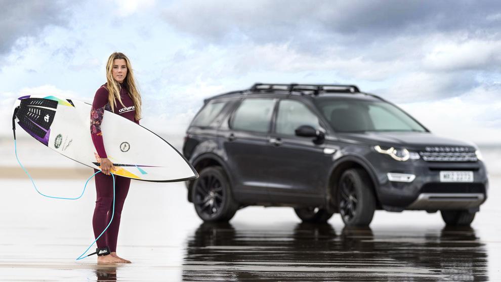 Land Rover fabrica su primera tabla de surf reciclando el plástico que utiliza en sus autos