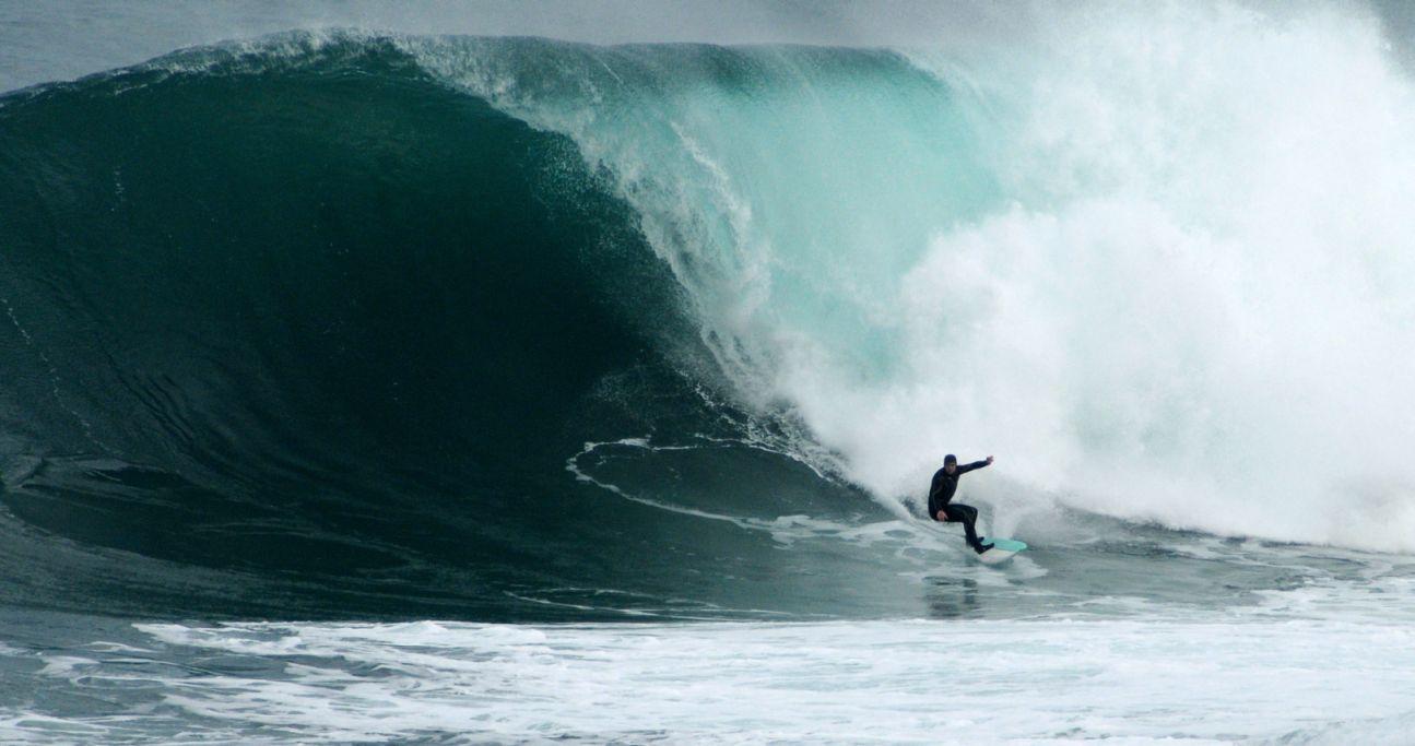 Surfeando con una tabla a motor solo para olas grandes