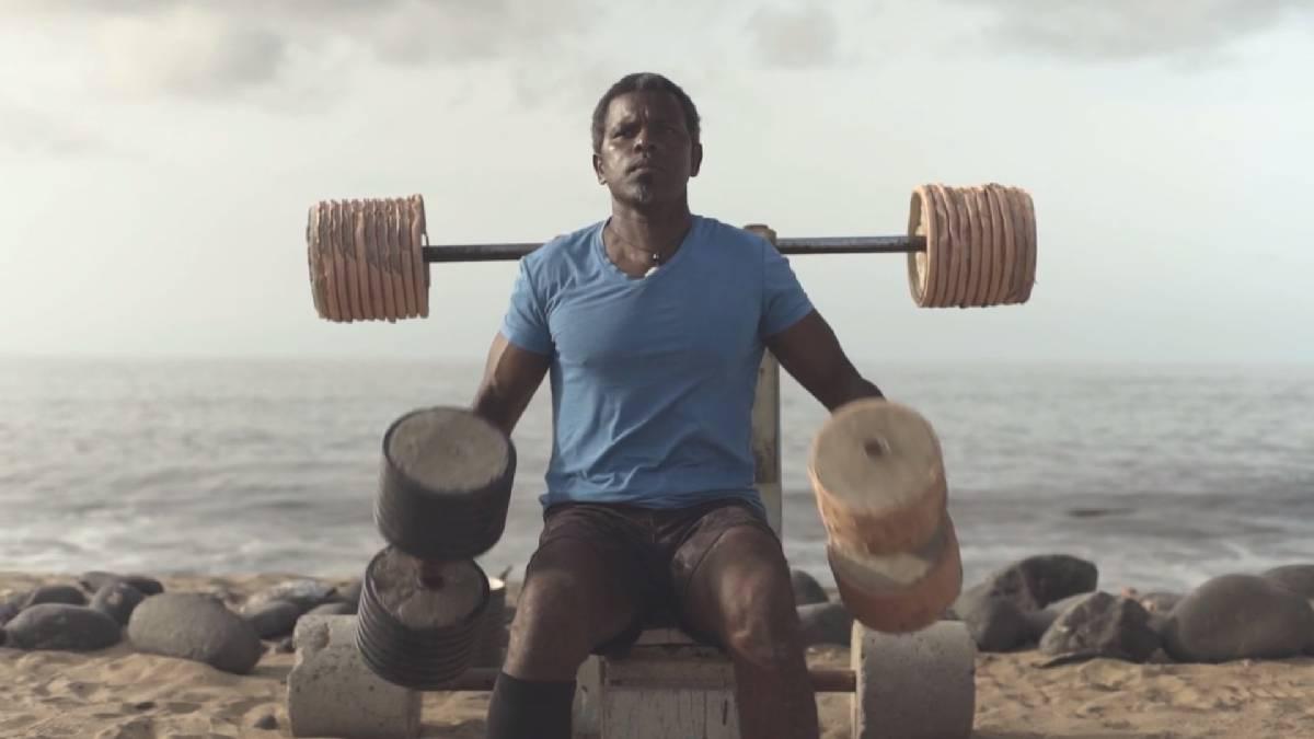 Limpió la playa y con la basura construyó un gimnasio para su comunidad