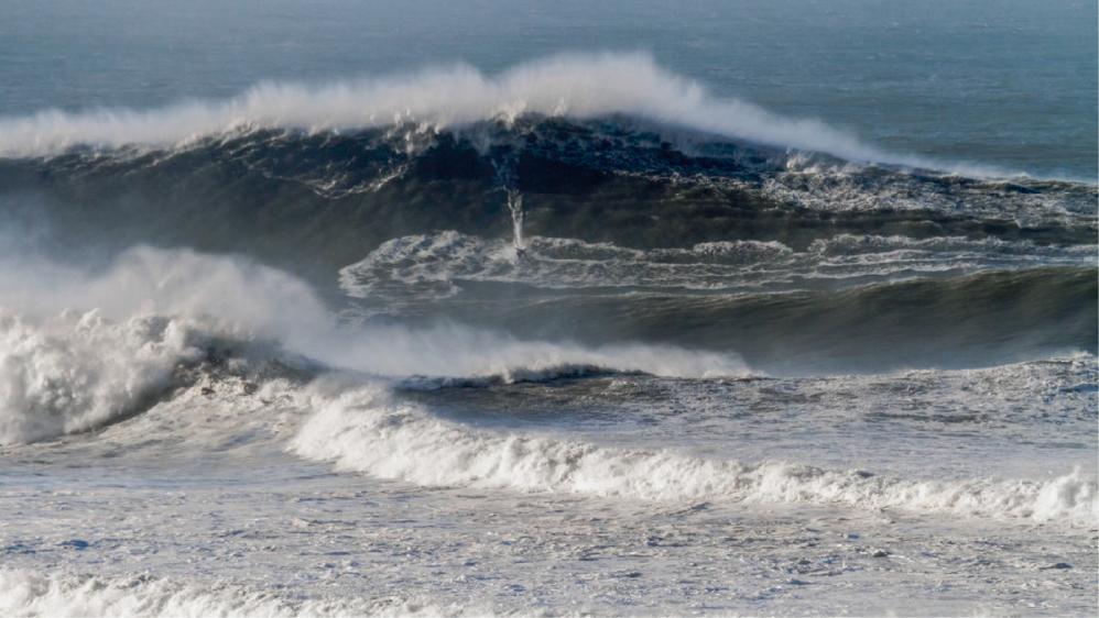 Portugués Hugo Vao podría batir todos los records tras surfear ola de 35 metros en Nazaré (Portugal)