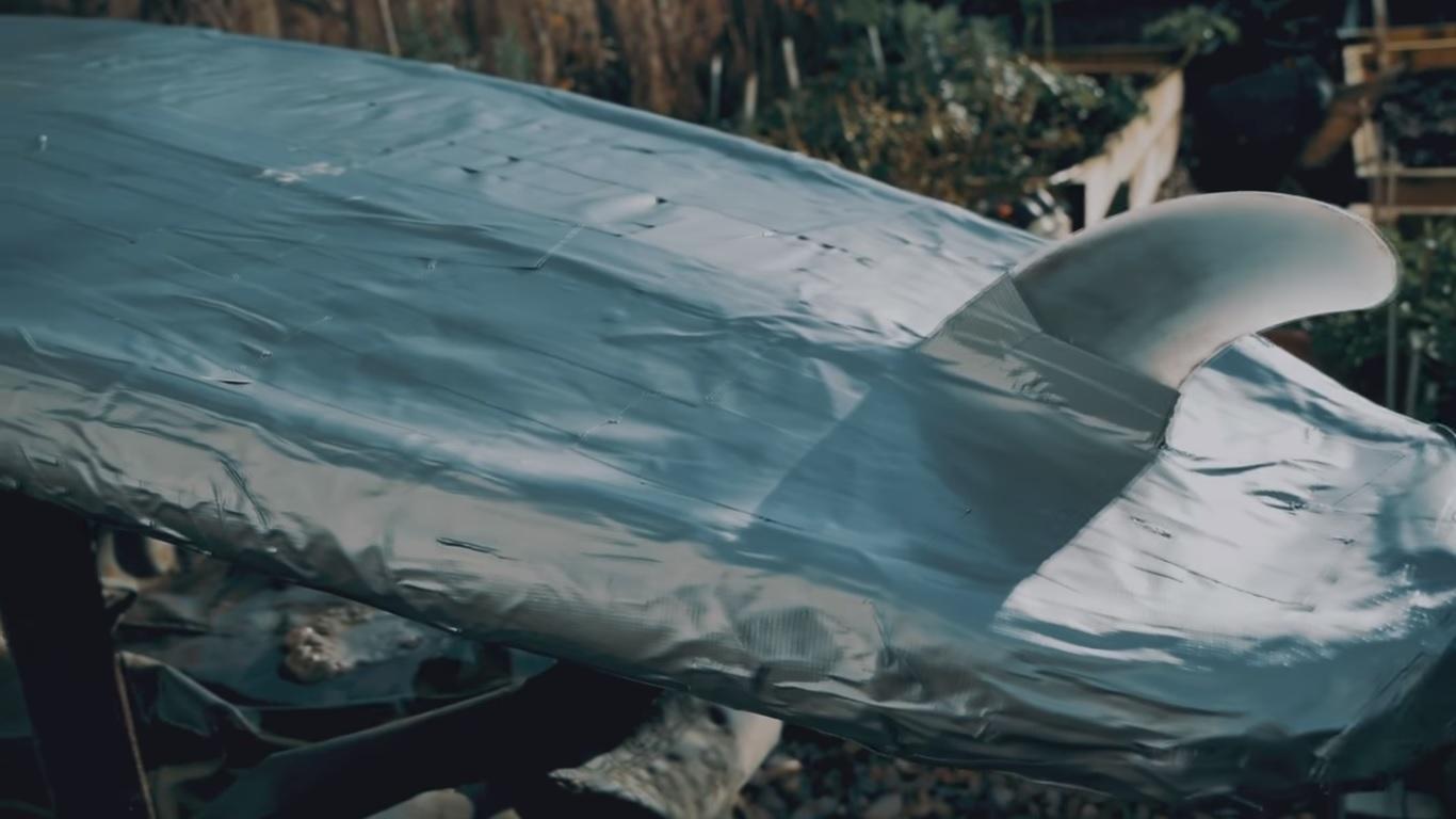 Así funciona sobre el agua una tabla de surf hecha de cinta adhesiva