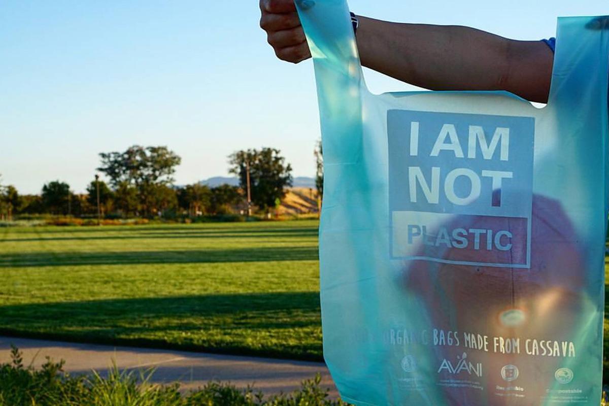 Bolsas a base de yuca, una alternativa para salvar los océanos