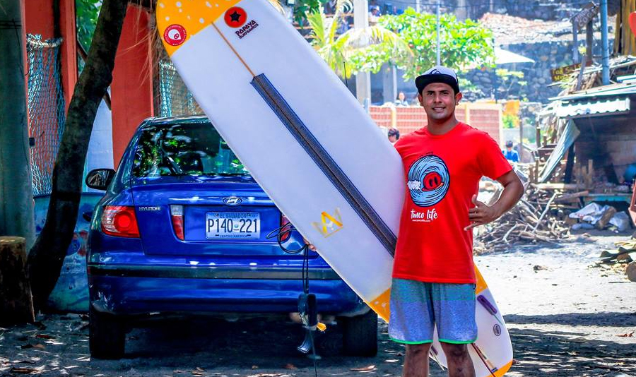 De vendedor de artesanías a ser reclutado por equipo estadounidense de surf