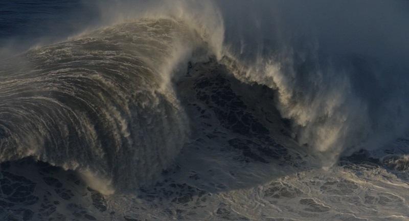 La belleza hipnótica de las olas gigantes y solitarias de Nazaré