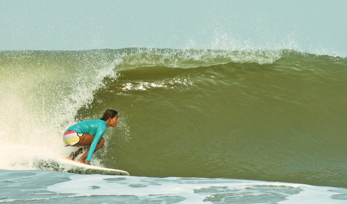 Cómo la primera surfista mujer de la India está transformando su pequeña aldea en un paraíso