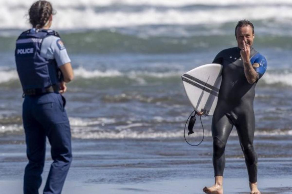 Coronavirus: Surfer enfrenta amenazas de muerte por esta foto