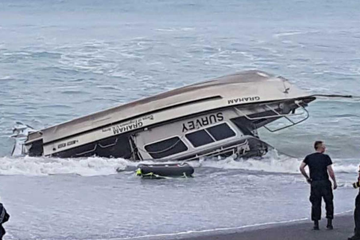 California: Surfistas no respetan cuarentena y su bote es arrastrado por las olas