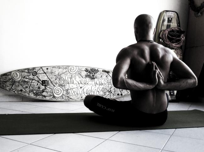 ¿Sabes que el Yoga te hará ser un mejor surfer? Aquí 6 buenas razones